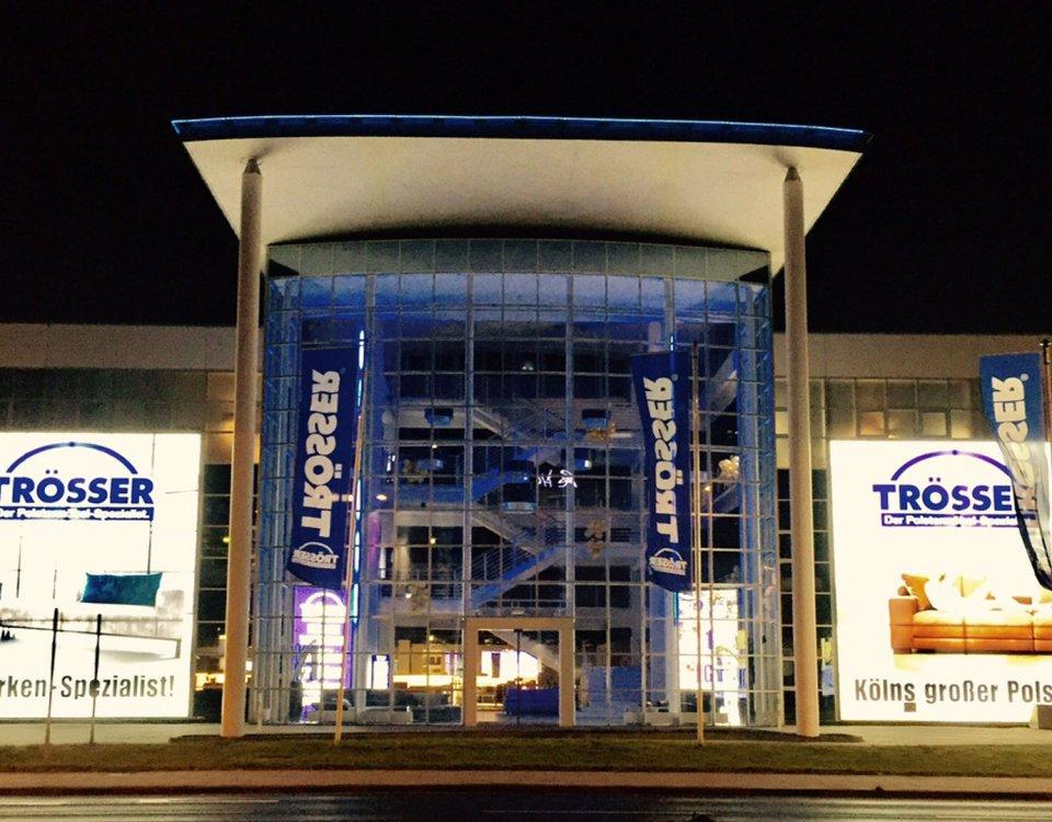 Möbelhaus Fassade beleuchtet, Fassadenwerbung