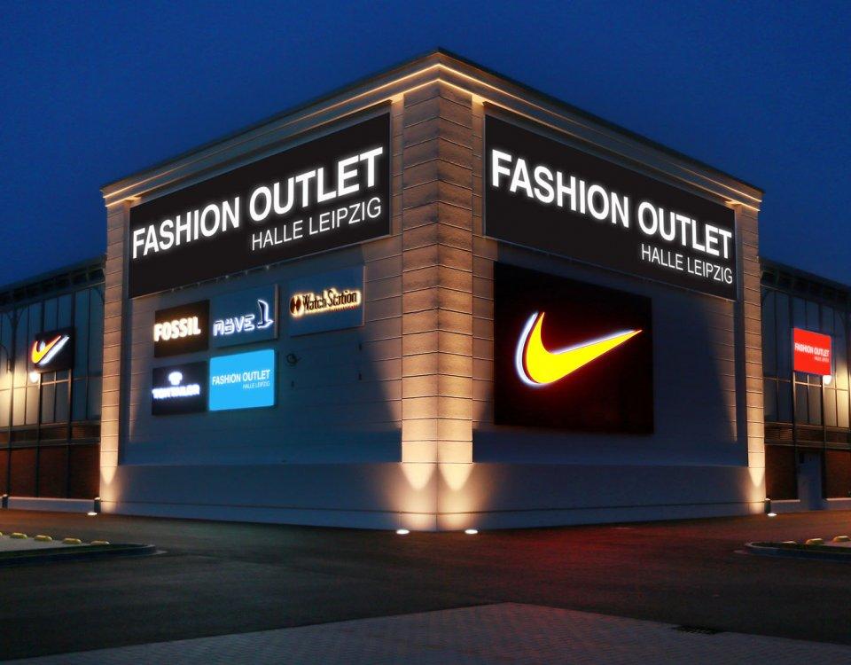 Shoppingcenter Fassade, Fassadenwerbung