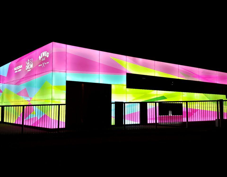 Strahlende Leuchtfassade, Fassadenwerbung